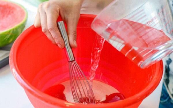 Đối với rau câu giòn các bạn phải ngâm trong nước lạnh
