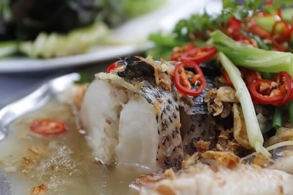 Ăn món cá hấp bia khi còn nóng thì mới ngon