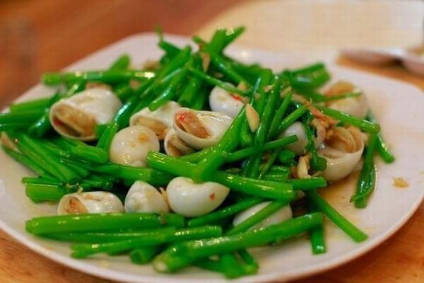 Rau xào là món ăn phổ biến trong bữa cơm của nhiều gia đình.