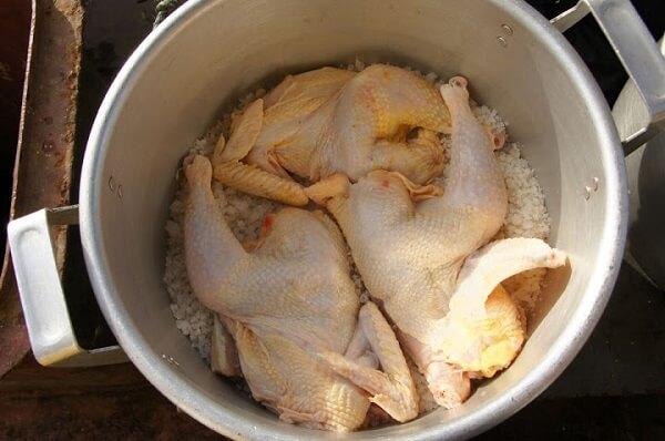 Đặt nồi đã chuẩn bị lên bếp, rải một lớp muối dày