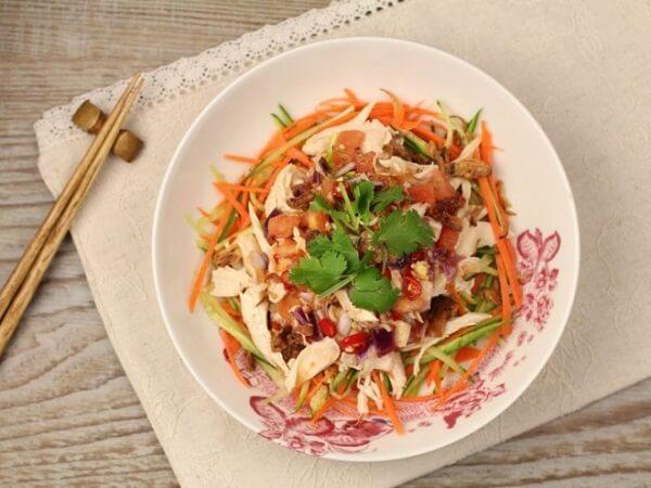 Cực hấp dẫn hương vị món gỏi gà với hành tây, cà rốt.