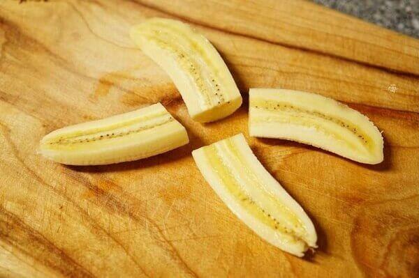 Chuối cắt thành từng lát mỏng theo chiều dọc quả chuối.