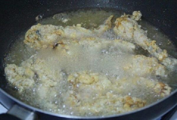 Lăn ếch qua bột chiên giòn sau đó cho vào chảo rán vàng đều