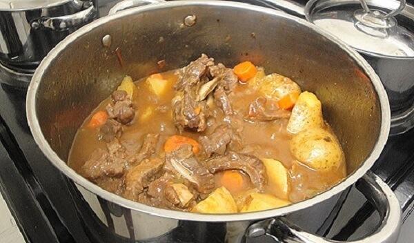 Nấu bò hầm nước cốt dừa
