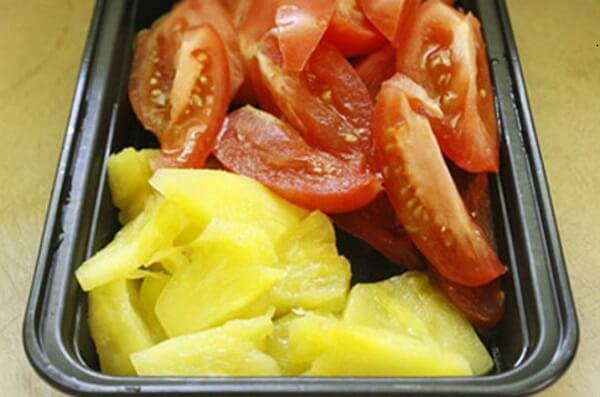 Dứa gọt vỏ thái lát, cà chua thái múi cau.