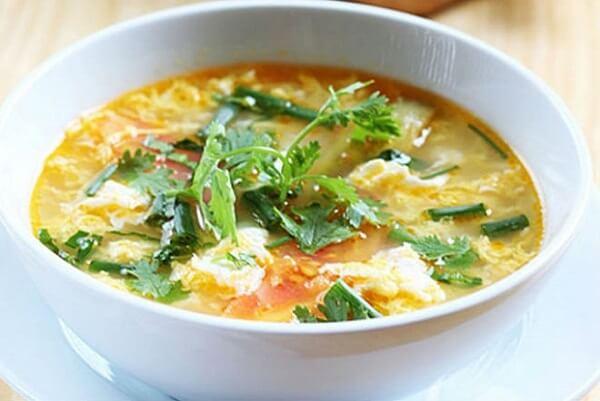 Tô canh cà chua trứng thơm ngon, bổ dưỡng.
