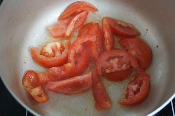 Phi hành thơm thì cho cà chua vào xào.