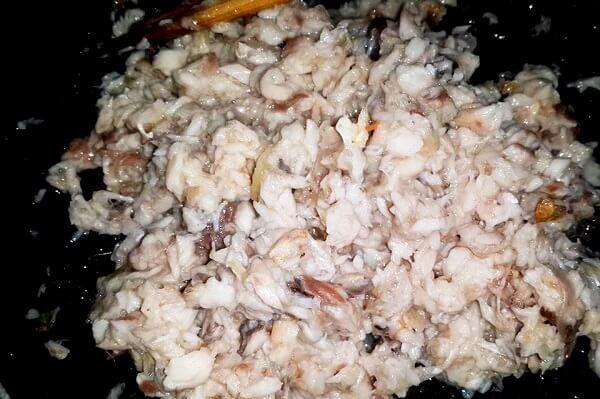 Thịt cá sau khi lọc hết xương thì đem tẩm ướp cùng gia vị