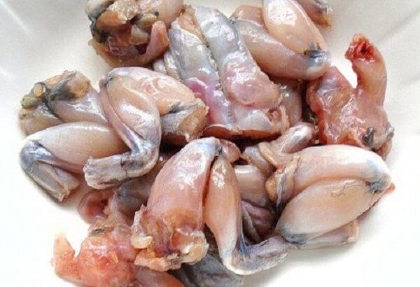 Thịt ếch sau khi mua về, lột sạch da rồi lọc lấy phần thịt ếch