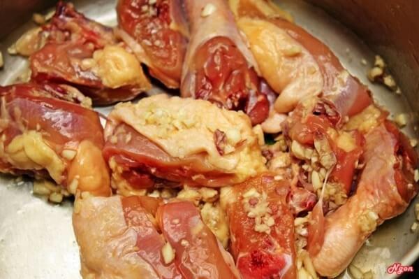 Thịt gà bạn ướp với chút sả, gừng và gia vị.