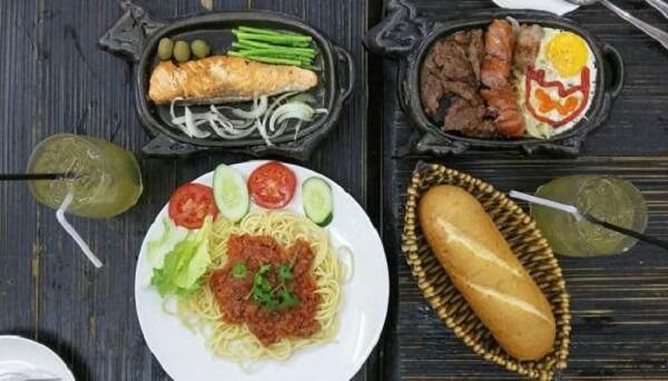 Bạn có thể thưởng thức món này với cơm hoặc bánh mỳ