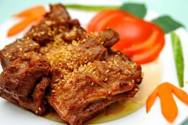 Thịt dê đã chín thì cắt thành những miếng nhỏ