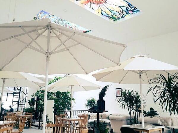 Đến cả ô dù cũng có màu trắng luôn