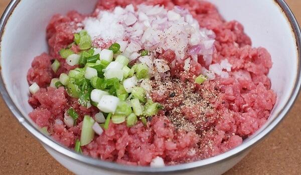 trộn thịt bằm với gia vị