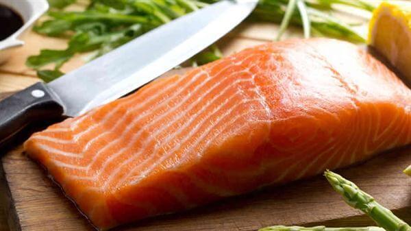 Cá hồi rất tốt cho thai phụ nhưng bạn không nên ăn sống đâu nhé!
