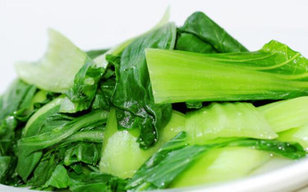Vớt rau cải xanh ra tô