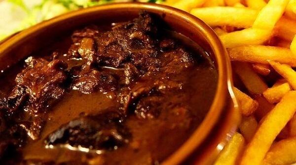 Món Carbonnade Flamande được dùng với khoai tây chiên