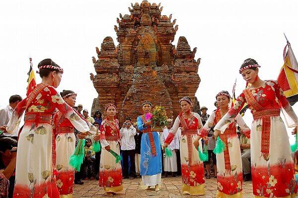 Giới thiệu những món ăn truyền thống nổi tiếng của một số dân tộc Việt Nam.
