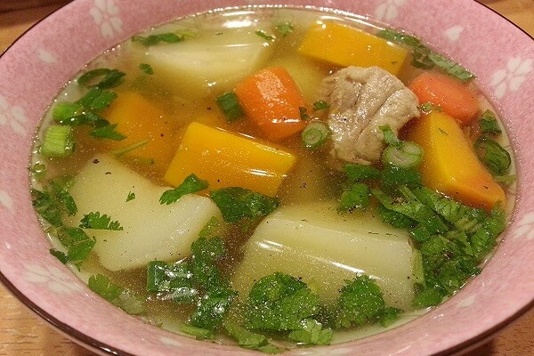 Canh xương khoai tây cà rốt là món ăn ngon và bổ dưỡng.