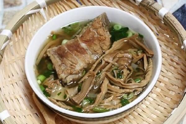 Canh măng khô hầm xương là thực phẩm quen thuộc và rất được các gia đình Việt ưa chuộng.