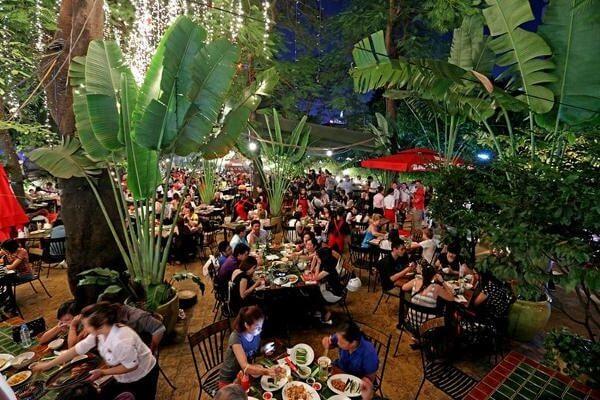 Không gian món nướng nên nhà hàng thiết kế theo dạng sân vườn