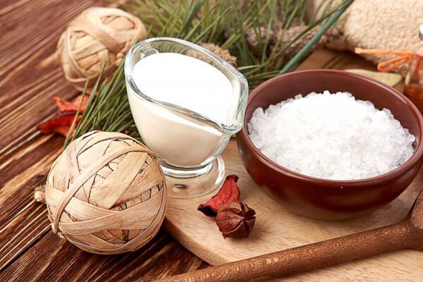 Làm trắng sáng da toàn thân với dầu dừa và muối tắm