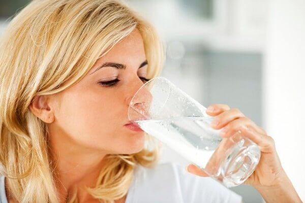 Lưu ý khi ăn kiêng nên uống ít nhất 2 lít nước