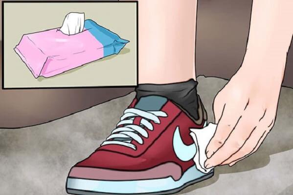 Làm sạch giày như thế nào đúng cách khi gặp trời mưa bị ướt