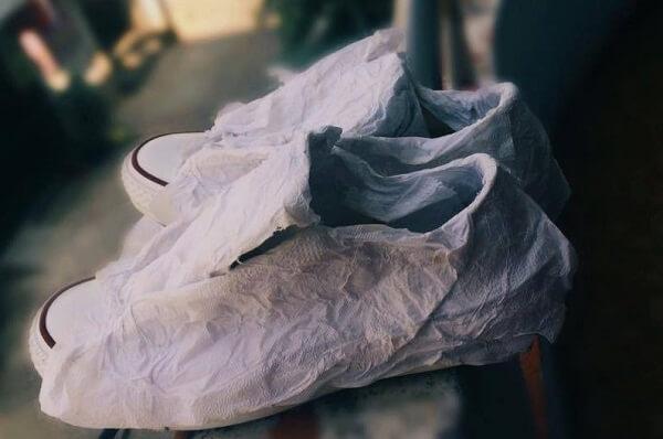 Bạn dùng giấy mềm quấn xung quanh giày từ 2 đến 3 vòng