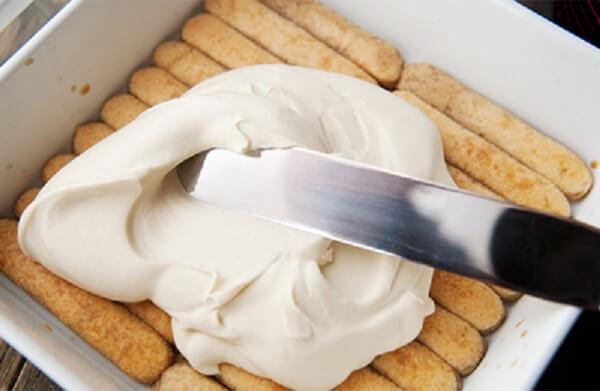 Cho kem Tiramisu vào bánh quy rồi để vào tủ lạnh.