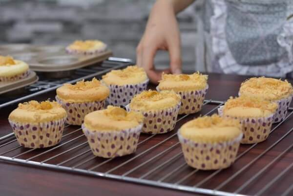 Hương vị béo béo, mặn mặn là đặc trưng của bánh bông lan trứng muối.