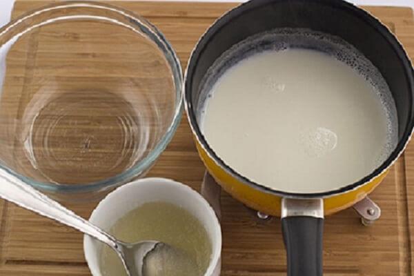 Để hộp đựng kem vào ngăn đá trước khi làm kem từ 4-6 tiếng.