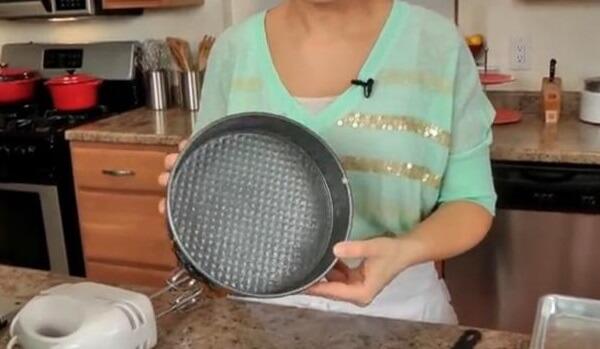 Quét bơ hoặc xịt dầu chống dính vào khuôn