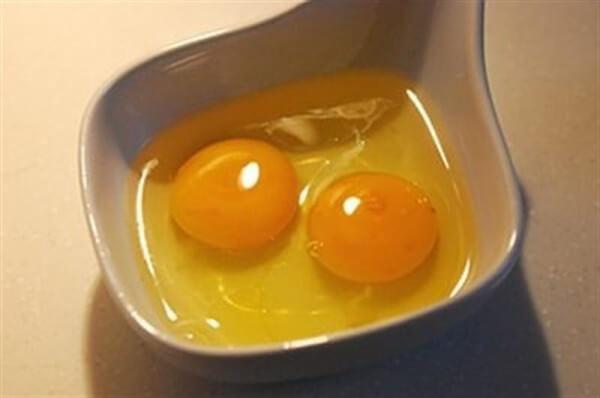Cách làm bánh gato bằng nồi cơm điện – đánh bông trứng và đường lên
