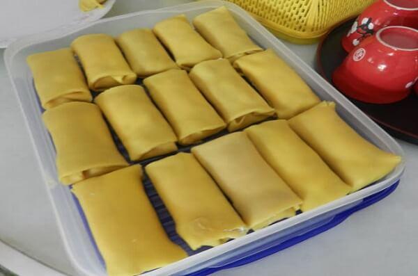 Cho bánh vào ngăn mát tủ lạnh để kem không bị chảy