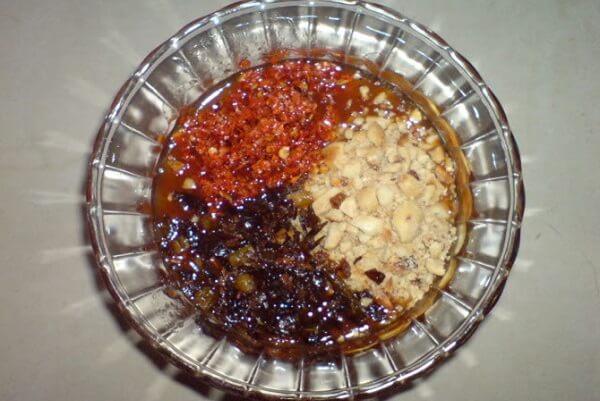 Hoàn thành nước mắm me chấm bánh tráng kiểu Tây Ninh