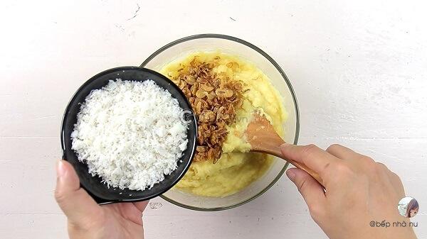 Dùng muỗng tán nhuyễn đậu xanh rồi trộn đều với hành phi, dừa nạo và sữa đặc.