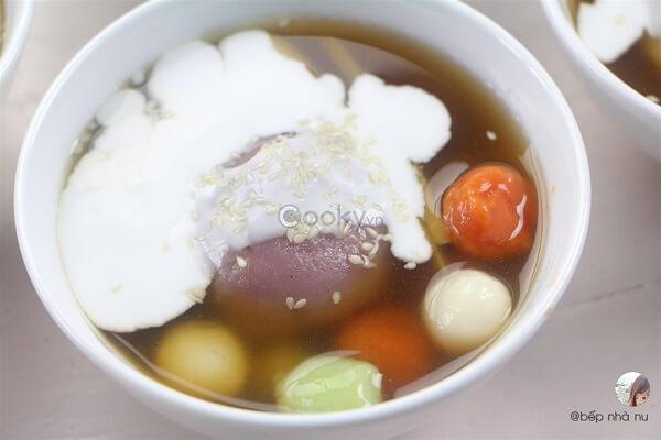 Chè trôi nước sẽ ngon hơn khi ăn kèm nước cốt dừa đặc sánh.