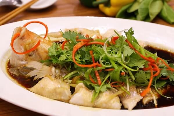 Tưới nước sốt thơm ngon lên là sẽ có ngay món cá hấp Hong kong thơm ngon