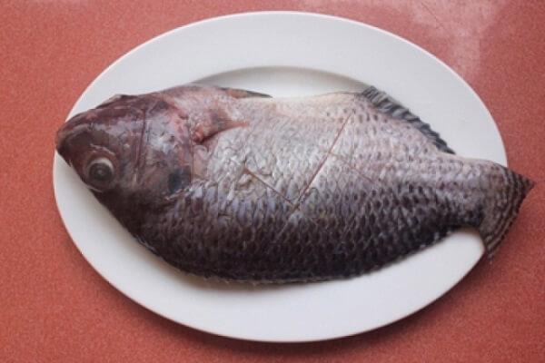 Khía trên mình cá những đường chéo để cá thấm gia vị khi ướp