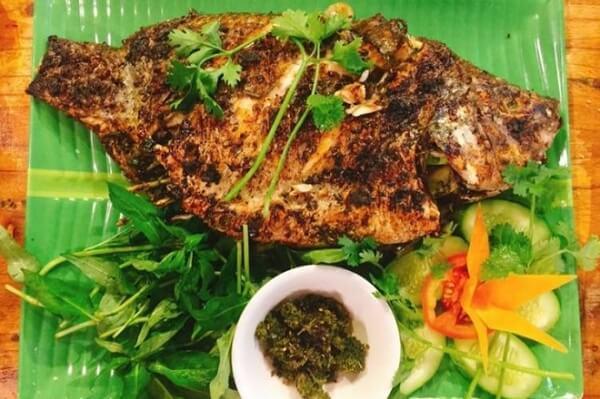 Thưởng thức cá rô phi nướng than hoa với bún và các loại rau