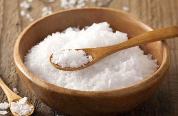 Sử dụng muối biển để làm sạch gà.