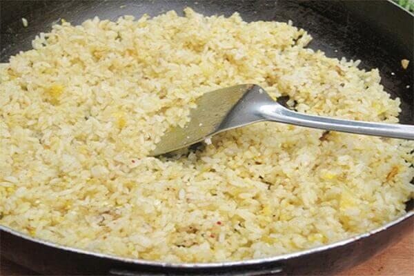 Rang cơm với trứng