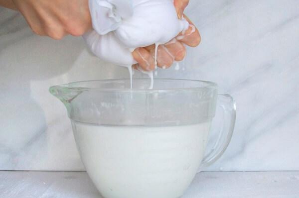 Vắt lấy sữa dừa