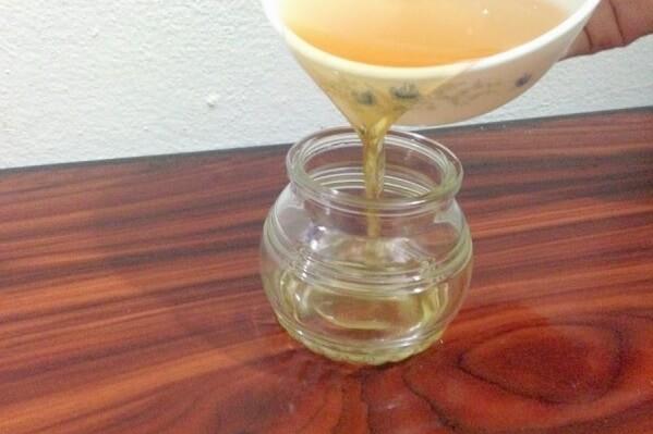 Cho dầu dừa vừa ép được vào trong hộp thủy tinh