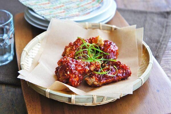 Món gà mềm, lớp ngoài giòn thấm sốt cay cay thật lạ miệng