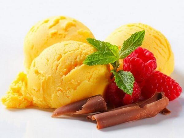 Múc kem sầu riêng mát lạnh ra cốc và thưởng thức