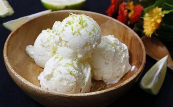 Cho vào ngăn đá tủ lạnh 5-6 tiếng cho kem sữa chua đông cứng
