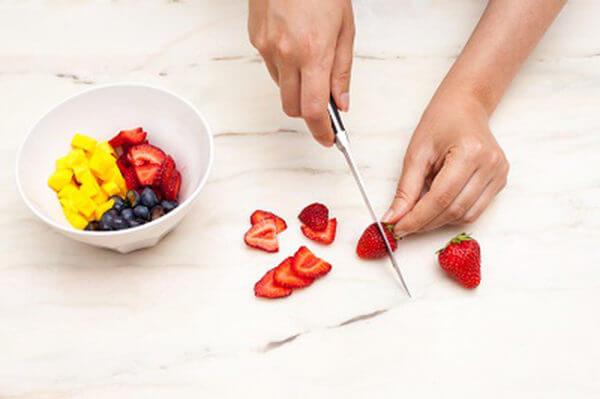 Xắt nhỏ các phần trái cây