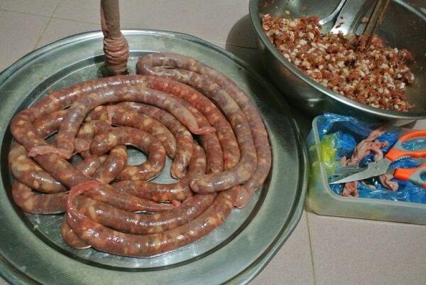 Nhồi thịt vào ruột lợn